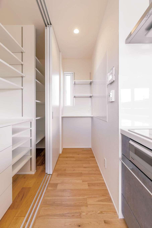キッチンのバックヤードに大容量のパントリーを完備。リビングから見えない位置に造作カウンターやマグネットボードを設置して、空間を常に美しく見せる工夫も