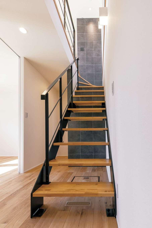 玄関を入った真正面に階段を設置し、寝室や水回りを隠すプランは女性建築家ならではの発想