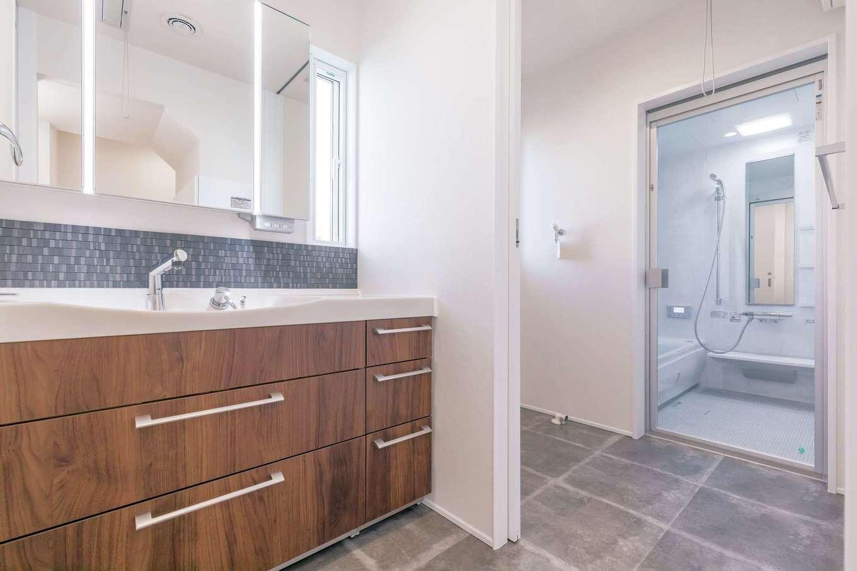 収納十分のサニタリー。透明のドアを採用したホテルライクなバスルームもお気に入り
