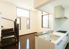 狭小地でも高低差を利用した設計 家族をつなぐ開放的な空間