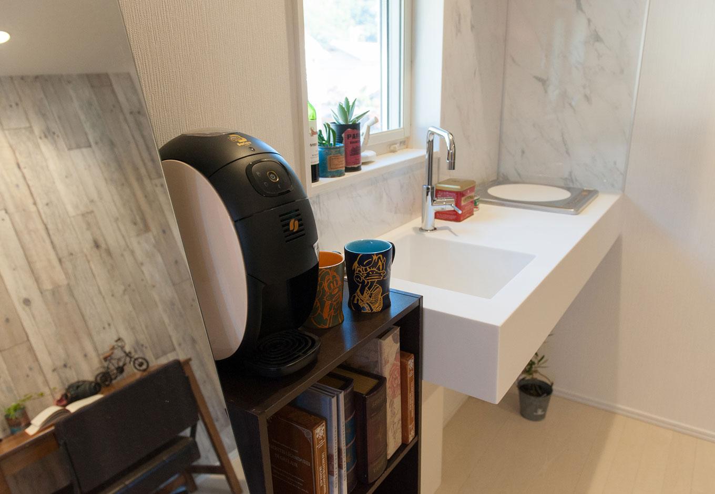 シバタ建設【子育て、ペット、インテリア】寝室には、シンプルモダンなミニキッチンが施された