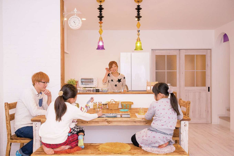 ハニーマスタード色の漆喰壁や 手作り家具が溶け込む南欧風の家