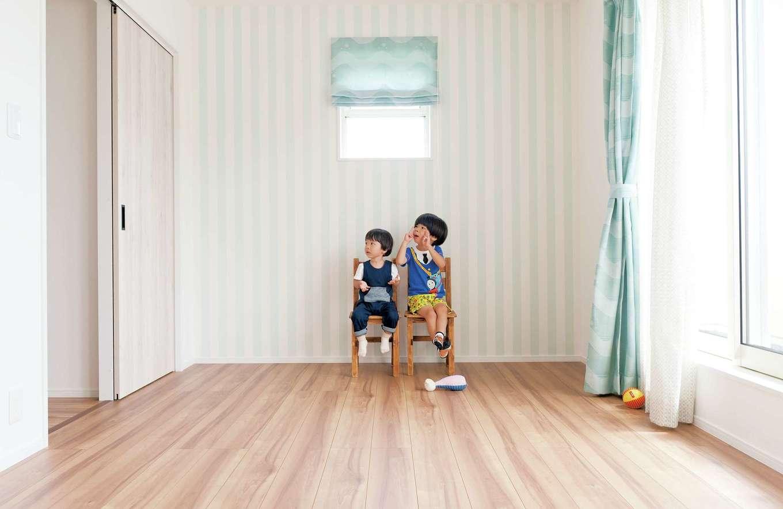 シバタ建設【デザイン住宅、狭小住宅、ペット】寝室はSさんが好みだというティファニーカラー、ライトブルーの壁紙で大人かわいい部屋に