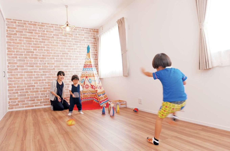 シバタ建設【デザイン住宅、狭小住宅、ペット】ポップなカラーでまとめた子ども部屋。無垢材で造られた星形ライトも雰囲気にピッタリ