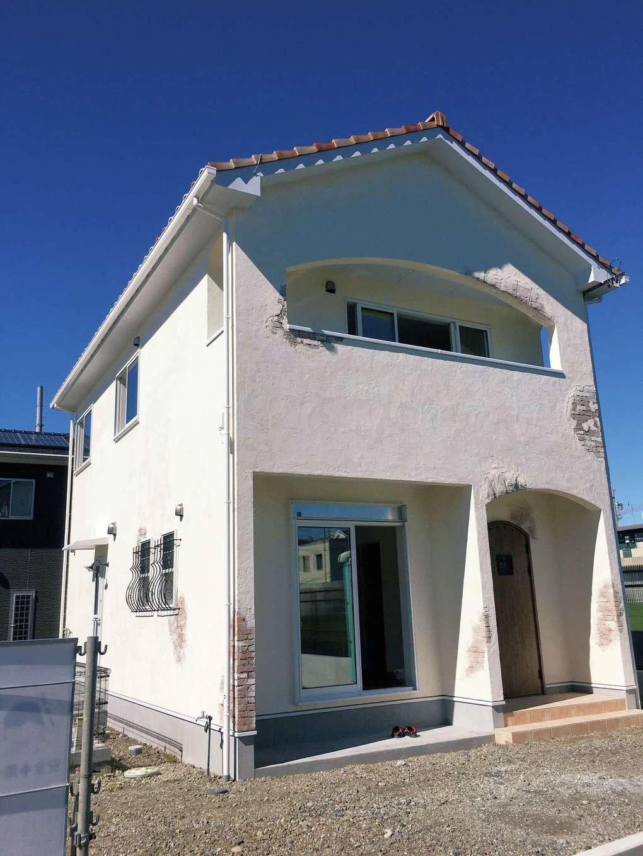 シバタ建設【デザイン住宅、狭小住宅、ペット】標準の断熱材にプラスし、プロヴァンス風の家づくりは漆喰を塗り重ねるのが特徴。同社ではサイディングを貼った上から、5ミリの漆喰を塗るため、通常の家よりも断熱性能と遮熱効果がさらにアップ