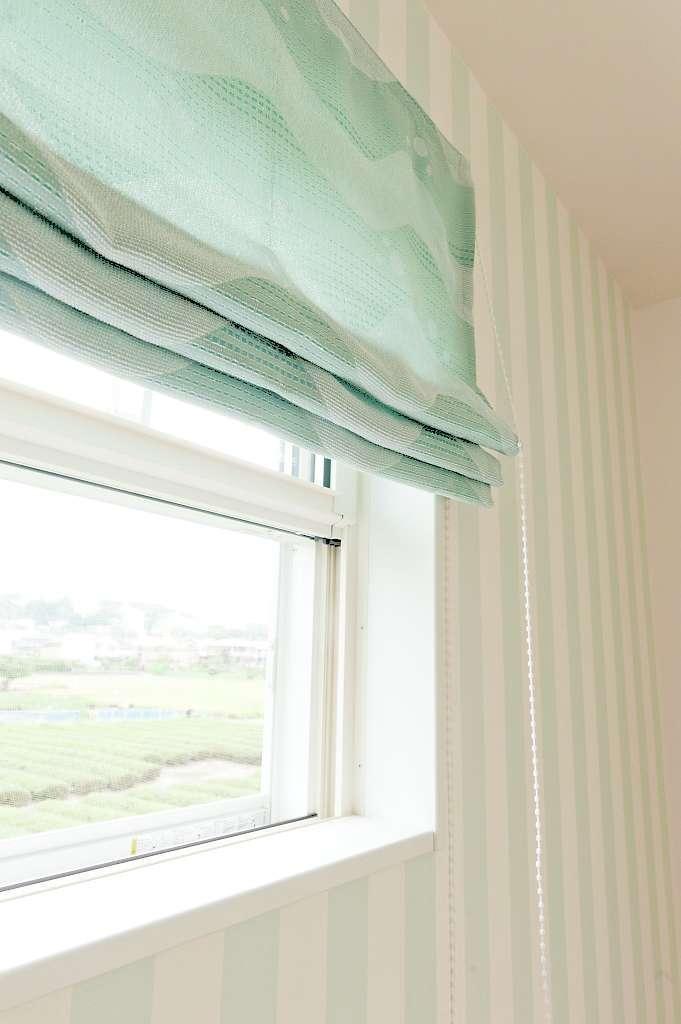シバタ建設【デザイン住宅、狭小住宅、ペット】S邸の窓ガラスは、すべてLow-eガラスを採用。室内側のフィルムによって、太陽の日射熱を50%以上カットしてくれる