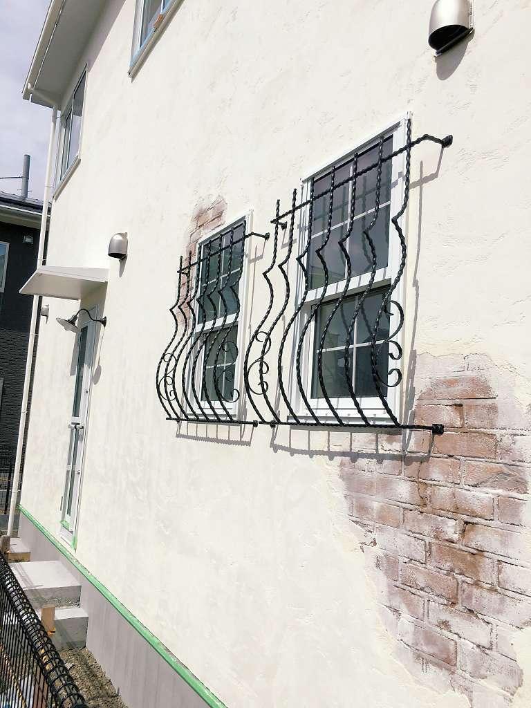 シバタ建設【デザイン住宅、狭小住宅、ペット】サイディングの上から5ミリ厚の漆喰を塗る同社の工法は、外気温を遮る効果が高い。素焼きの瓦屋根も板金に比べると熱伝導がはるかに低くなる。構造強度が高いため耐震性も心配なし