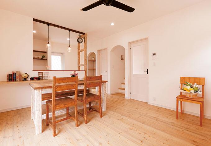 シバタ建設【デザイン住宅、収納力、趣味】自然素材いっぱい。カフェのようなリビング。つや消しのエイジング塗装を施した無垢パイン材の床は、落ち着いた雰囲気を醸し出し、肌触りもやさしい