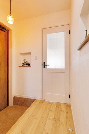 シバタ建設【デザイン住宅、収納力、趣味】純白の漆喰の壁が印象的。ニッチにはお気に入りの小物をディスプレイ