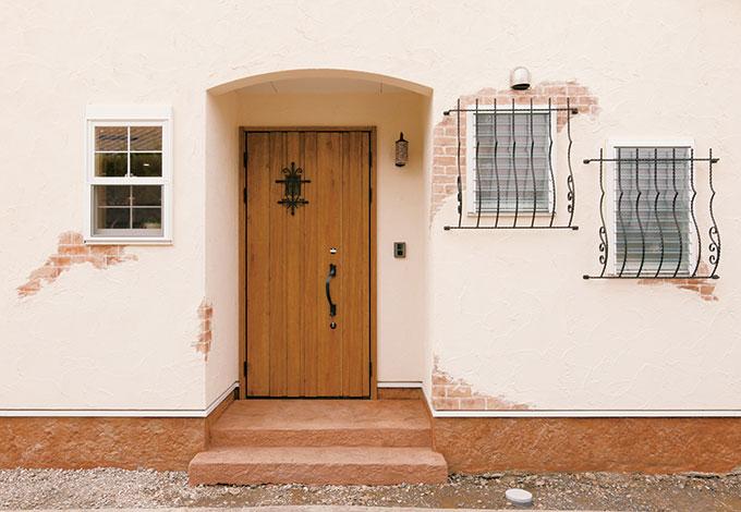 シバタ建設【デザイン住宅、収納力、趣味】フランス産の漆喰を使用した美しい外観。 経年変化により、剥がれた部位から見えてくるレンガや岩も全て漆喰で細やかに表現。これはもう、アートの域!