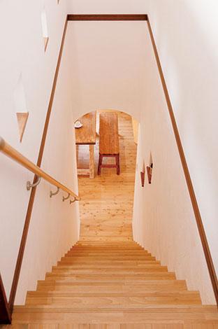 シバタ建設【デザイン住宅、収納力、趣味】リビングからの階段。飾り窓から光が差し込み、風が抜ける