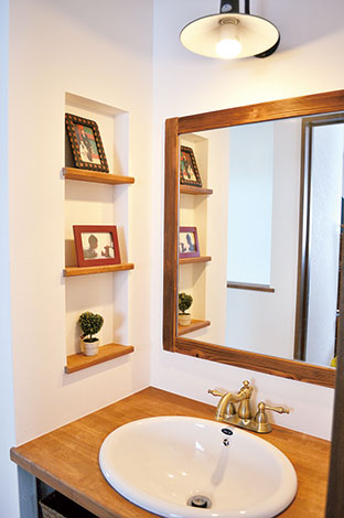 シバタ建設【デザイン住宅、収納力、趣味】造り付けの鏡、 ニッチ、陶器の洗面台など、こだわりいっぱいのスペース