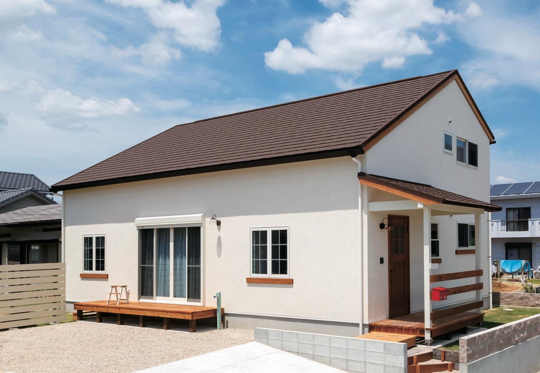 FAN CRAFT【収納力、自然素材、間取り】平屋のように見えるシックな外観。天然石を焼き付けた屋根材はニュージーランド製