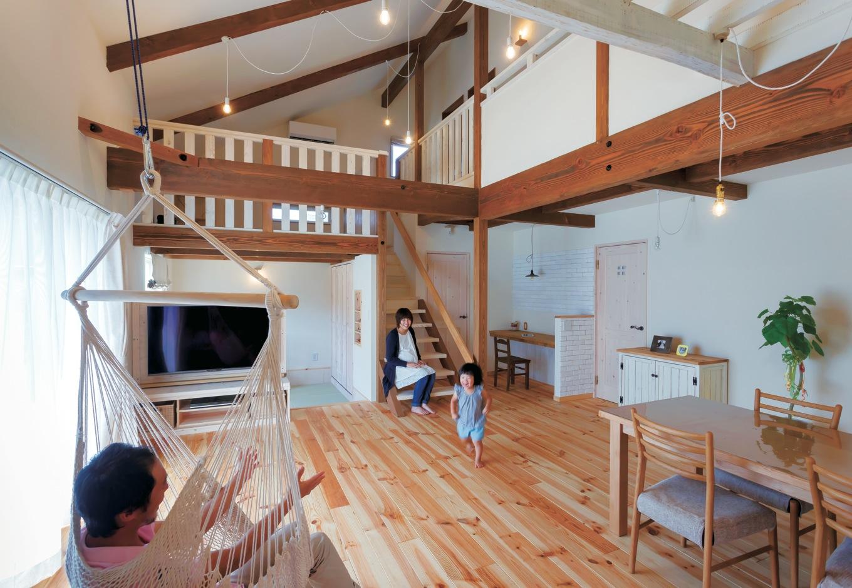 FAN CRAFT【収納力、自然素材、間取り】外からは想像もつかない吹抜けのLDK。肌触りのいい無垢の床はボルドーパイン。ダイニングチェア以外の家具、照明器具はすべて『FAN CRAFT』のオー ダーメイドで統一感が生まれた