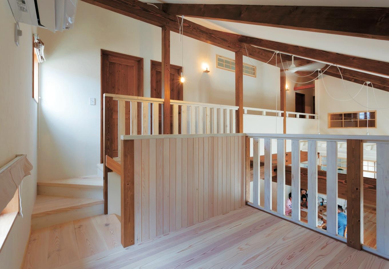 FAN CRAFT【収納力、自然素材、間取り】和室を下げたことによって生まれた中2階。子どもが落下しないよう縦型の格子を設置