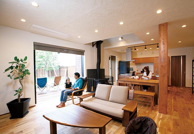 庭へつながる開放的な空間 季節を味わい、自然に溶け込む家