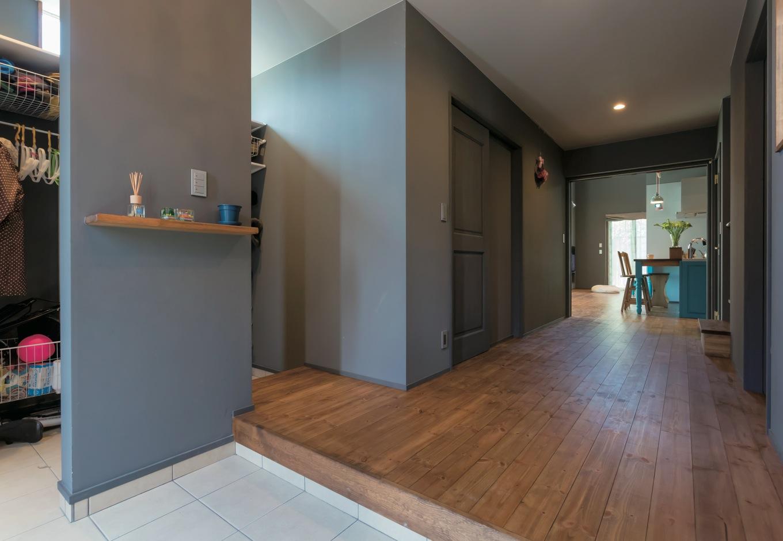 Takukenchiku【デザイン住宅、輸入住宅、インテリア】シューズクロークのある玄関。LDKに至る廊下は一 般的な廊下の2倍以上に幅を広げ、空間にゆとりを 持たせてある。荷物の持ち運びなど、実用面でも便利な点が多い