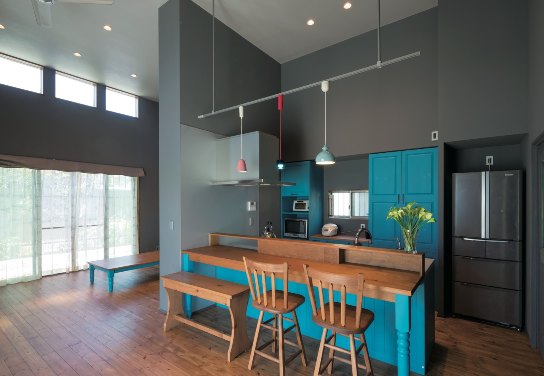 Takukenchiku【デザイン住宅、輸入住宅、インテリア】色鮮やかなターコイズブルーのオーダーメイドキッチン