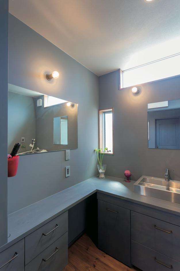 Takukenchiku【デザイン住宅、輸入住宅、インテリア】L字型カウンターに鏡が2つ。家族が同時にメイクや整髪ができる便利な造作洗面台