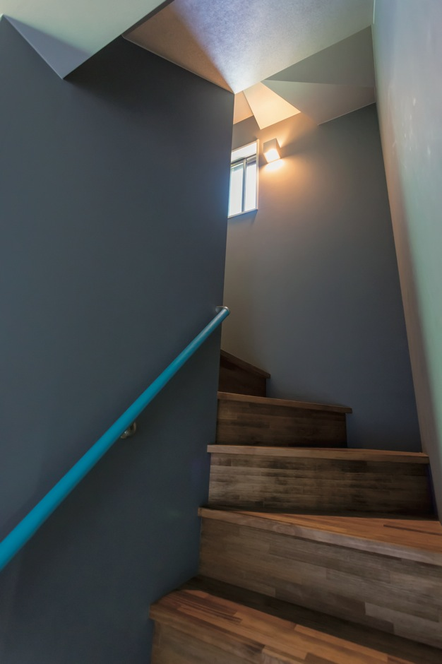 Takukenchiku【デザイン住宅、輸入住宅、インテリア】階段の手すりもターコイズブルー