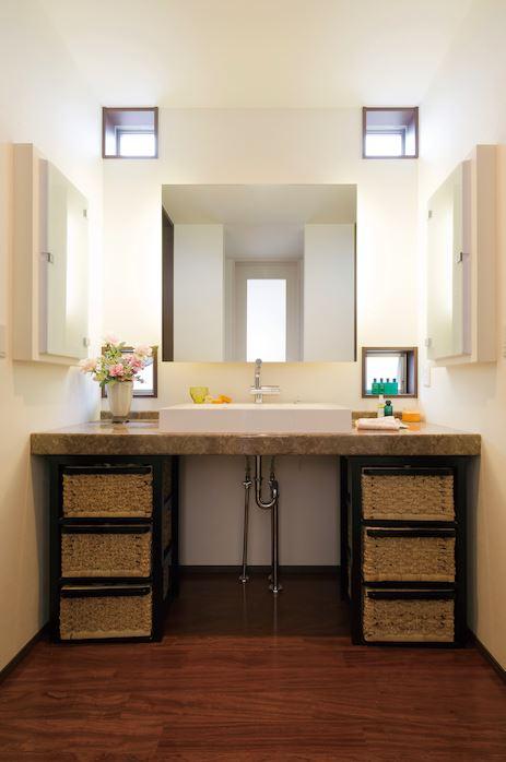ホテルライクな上質なデザインの洗面台は『タク建築』の造作