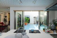 リゾート感覚で暮らす 中庭と屋上庭園のある2世帯の家