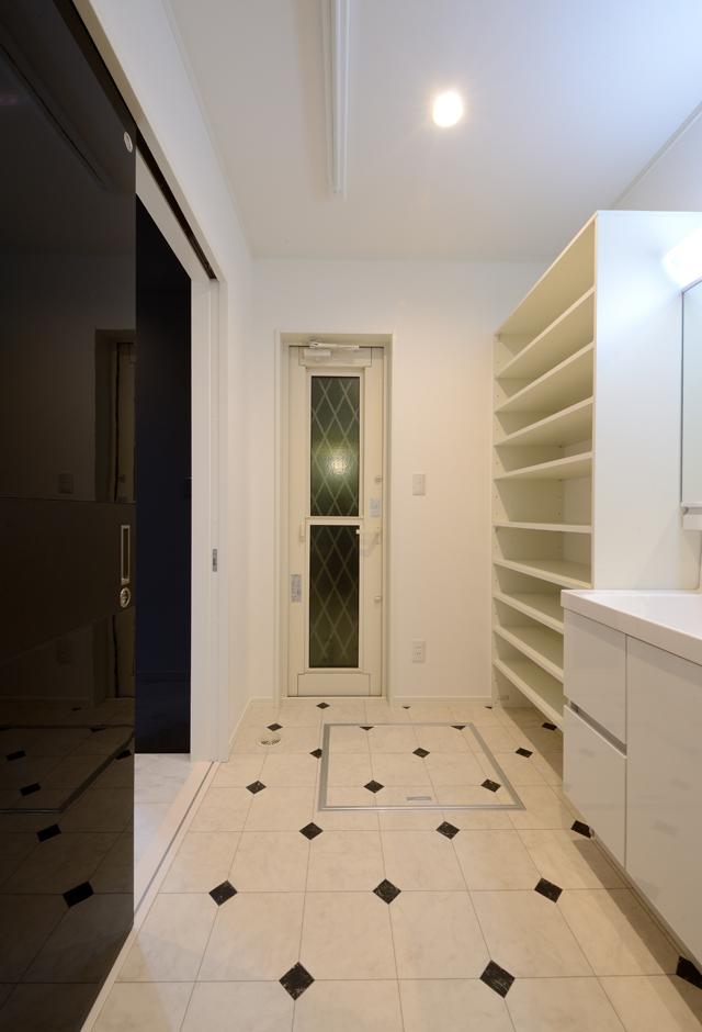 キッチンから10歩以内で行ける洗面脱衣所。女性が多い家族なので、収納棚もたっぷり造作した