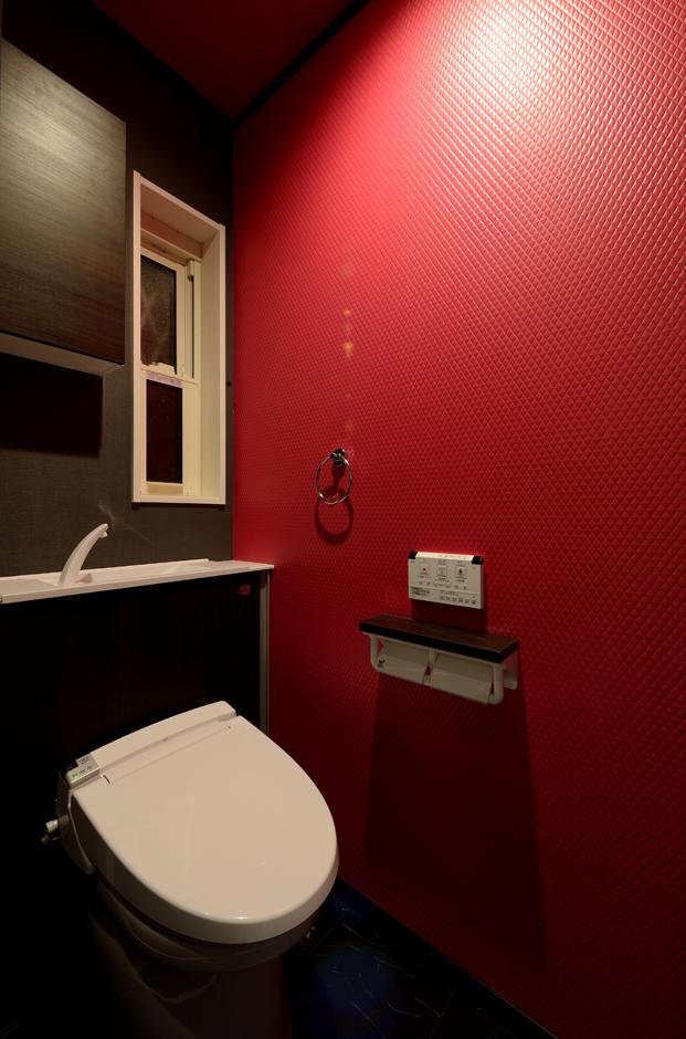 Yamaguchi Design 【デザイン住宅、収納力、間取り】トイレの壁はビビッドなピンク色のクロスを採用。「せっかく新築するのなら、普通の家ではおもしろくない!」というご主人のこだわり