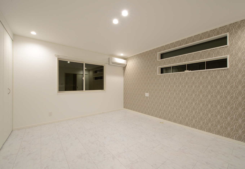 2階の主寝室と2つの子ども部屋は、一面の壁だけクロスの色柄を変えて、遊び心を演出した