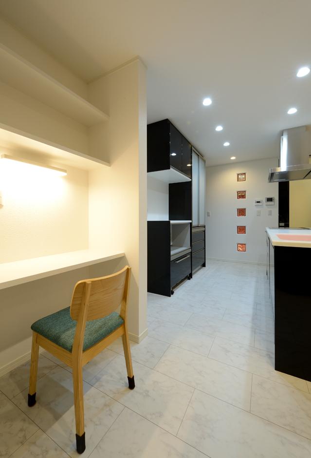 Yamaguchi Design 【デザイン住宅、収納力、間取り】キッチンの奥に設けた家事コーナー。PCで調べ物をしたり、子どもたちが小学校から持ち帰ってくるプリントを貼るなど、八面六臂の活躍