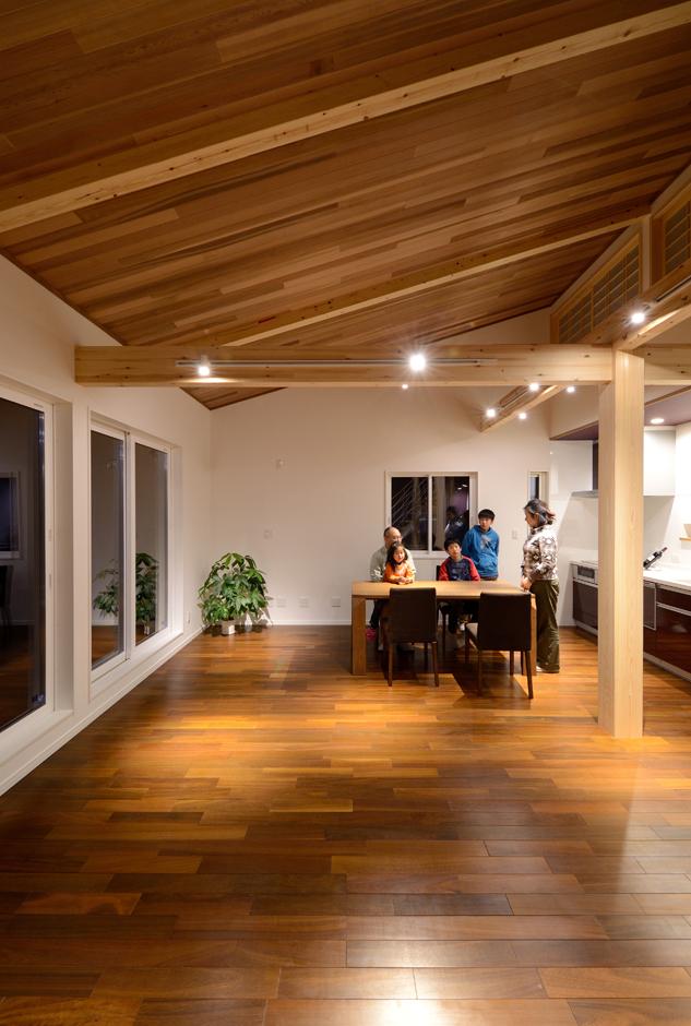 Yamaguchi Design 【デザイン住宅、子育て、二世帯住宅】2階に配置した子世帯のLDK。床と天井に無垢板を贅沢に張りながらも、勾配天井によって圧迫感が全くない。空間全体のイメージは磐田モデルハウスを参考にした