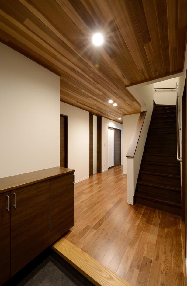 Yamaguchi Design 【デザイン住宅、子育て、二世帯住宅】ゆったりとした玄関ホール。ドアを開けた瞬間、木のぬくもりに包まれる。生活サイクルが違うため、1階に親世帯、2階に子世帯を配置。玄関のみ共有で、キッチン、お風呂も別々に