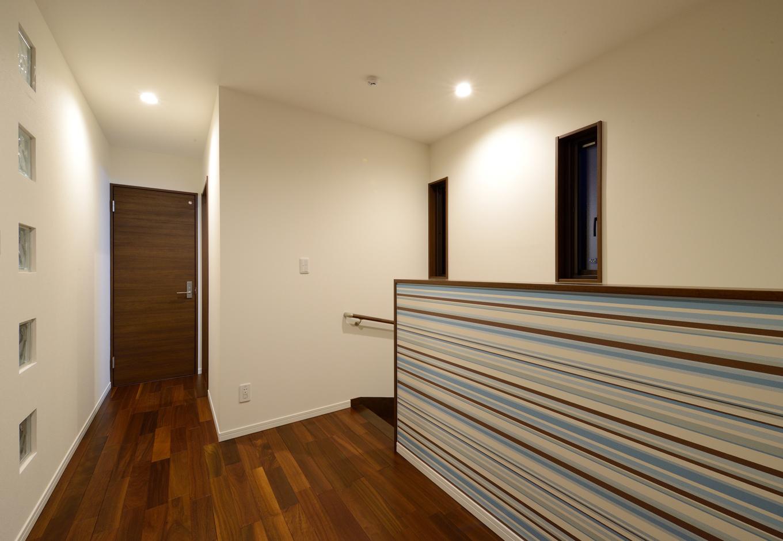 Yamaguchi Design 【デザイン住宅、子育て、二世帯住宅】2階のフリースペース。階段のクロスに遊び心を取り入れた。壁にガラスのブロックを採用したことで、LDKも廊下も光を取り入れる