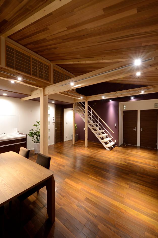 Yamaguchi Design 【デザイン住宅、子育て、二世帯住宅】2つの子ども部屋は次男と長女が使い、長男は小屋裏をマイルームとして使用。それぞれの居場所がありながら、家族みんなが自然とリビングに集まってくる