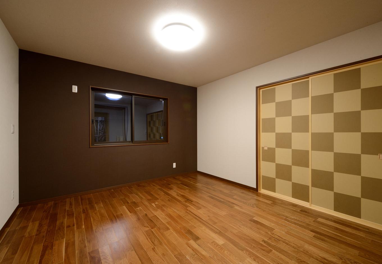 Yamaguchi Design 【デザイン住宅、子育て、二世帯住宅】子世帯の寝室。明るいリビングとは対照的に、やすらぎの雰囲気でコーディネート。クロスの落ち着いた色づかいにセンスが光る。クローゼットも大きく確保し、抜群の収納量を誇る