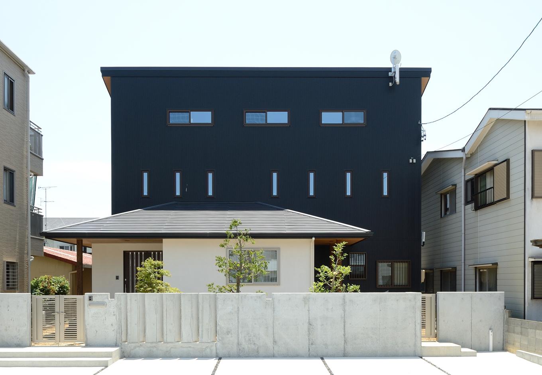 Yamaguchi Design 【デザイン住宅、子育て、二世帯住宅】ブラック&ホワイトのコントラストが美しい和モダンの外観。きれいに揃った窓のラインもすてき。家に帰ってくる度にワクワクしちゃいそう!