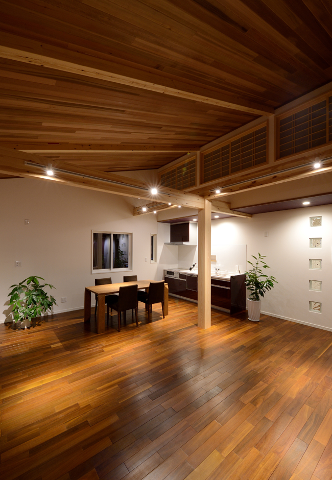 Yamaguchi Design 【デザイン住宅、子育て、二世帯住宅】いつも仲良しで明るいIさん家族。思春期を迎えた長男も個室にこもることなく、リビングで家族と一緒に過ごすことが多いという