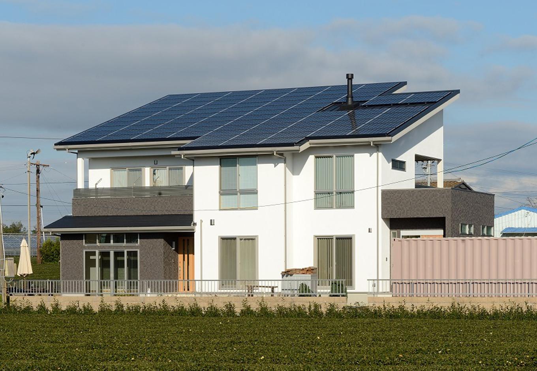 Yamaguchi Design 【二世帯住宅、省エネ、インテリア】屋根一体型の太陽光発電を搭載したスタイリッシュな外観。3月だけで14万円以上の売電収入があり、月々の住宅ローンの返済額を優に越えているそう