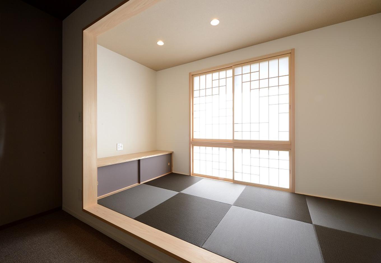 Yamaguchi Design 【二世帯住宅、省エネ、インテリア】磐田モデルハウスを参考にした小上がりの和室。市松模様の畳もおしゃれ。客間として使うのはもちろん、ゴロンと横になりたい時にも便利