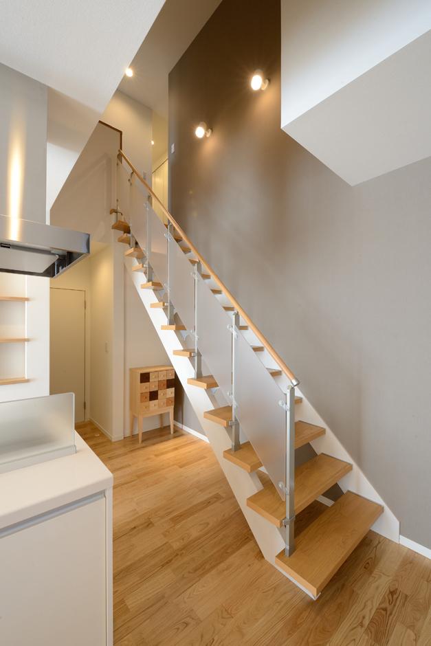 Yamaguchi Design 【二世帯住宅、省エネ、インテリア】アイアンと木が融合したオリジナルのストリップ階段。壁や床にこぼれる陰影の美しさも楽しめる