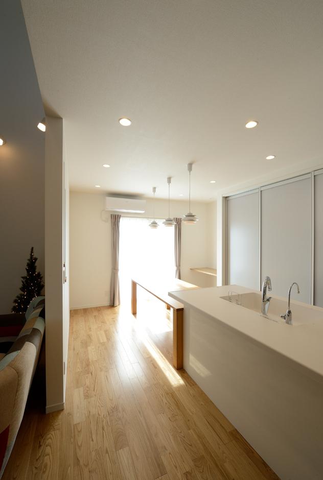 Yamaguchi Design 【二世帯住宅、省エネ、インテリア】奥さまの好きな白でコーディネートしたダイニングキッチン。バックヤードもサッと簡単に隠せるので、不意の来客でも安心