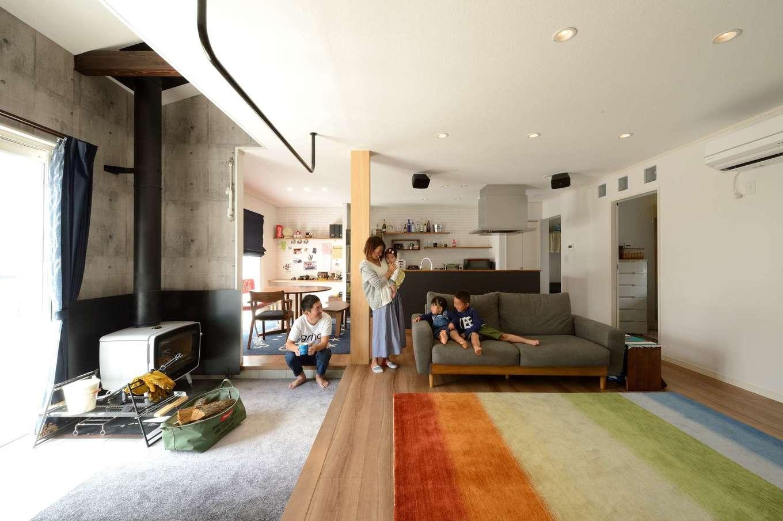 Yamaguchi Design 【デザイン住宅、趣味、省エネ】土間とリビングを合わせると約28畳の大空間。冬は薪ストーブの炎を眺めながら、家族みんなで会話を楽しむ。ご主人がどうしても欲しかった大黒柱は6寸のヒノキ