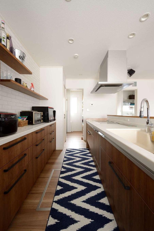 Yamaguchi Design 【デザイン住宅、趣味、省エネ】キッチンは、家族みんながお手伝いしやすいアイランド型を採用。パントリー、サニタリー、ダイニングへしなやかにつながる動線が子育てママの家事時間を短縮する