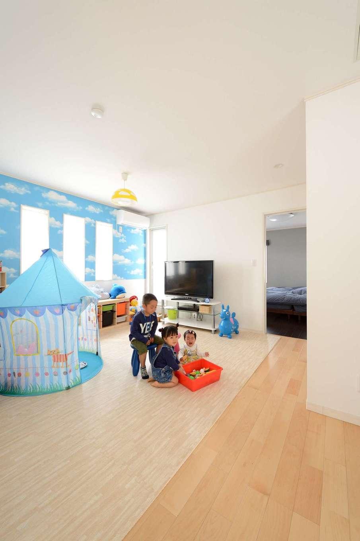 Yamaguchi Design 【デザイン住宅、趣味、省エネ】2階のフリースペース。子どもたちがまだ小さいうちは広いプレイルームとして使い、成長に応じて間仕切りする予定。爽やかな青空のクロスが奥さまのお気に入り