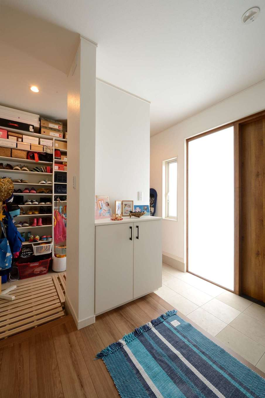 Yamaguchi Design 【デザイン住宅、趣味、省エネ】大容量の玄関収納はアウトドア大好き家族のマストアイテム