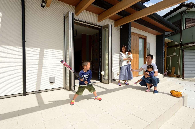 Yamaguchi Design 【デザイン住宅、趣味、省エネ】近々、日よけのカーテンがつくパーゴラは、キャッチボールができるほど広々。新築して初めて迎える今年の夏から子どもプールやBBQを存分に楽しむ♪