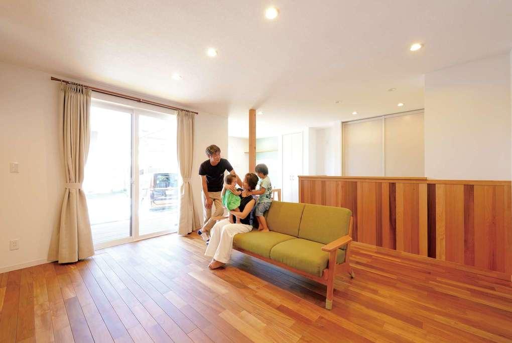ご主人が、『Yamaguchi Design』のモデルハウスで一目惚れしたチークの床材がリビングの主役。換気システムによって床下まで新鮮な空気が送り込まれ、冬は暖かな空気が循環し足の裏が冷たくならない。さらに床暖房効果で年中快適に過ごせる
