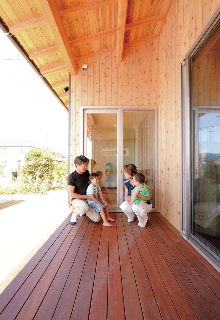 Yamaguchi Design 【デザイン住宅、自然素材、省エネ】ウッドデッキの床材は、塗装なしでも傷み知らずのアマゾンジャラ。手入れの必要がないため、のびのび過ごせるのが嬉しい