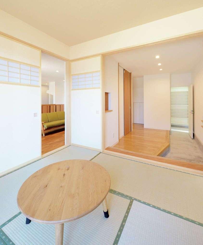 玄関ホールとひと続きになる和室は、リビングともつながり回遊性のある間取りに。オリジナルで製作した、ヒバの建具も似合う