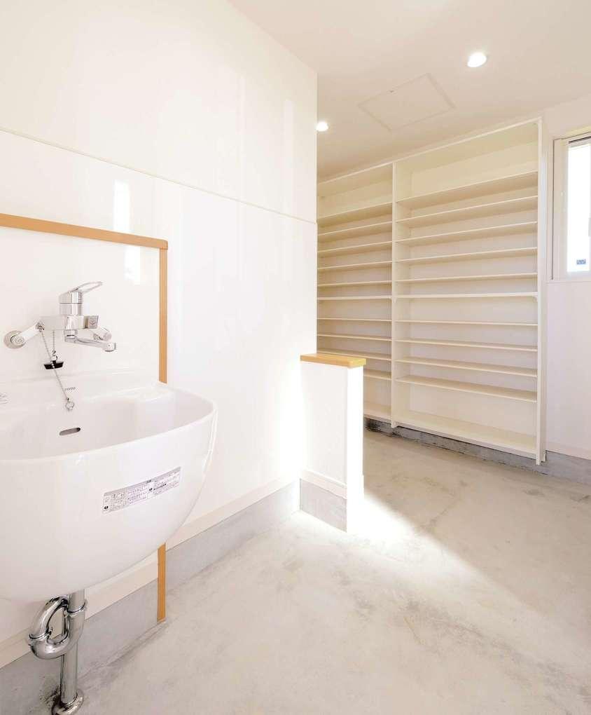 Yamaguchi Design 【デザイン住宅、自然素材、省エネ】こちらが玄関に繋がる土間収納。水栓を備え付けたのは、ゴルフ好きなご主人が、道具の手入れをするためだ